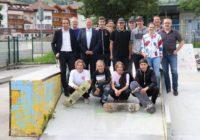 Landesrat Achammer und Bürgermeister Fritz Karl Messner begutachten den Skaterpark in Sterzing