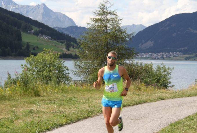 Daniel Hofer zeichnet sich beim Reschensee-Lauf aus